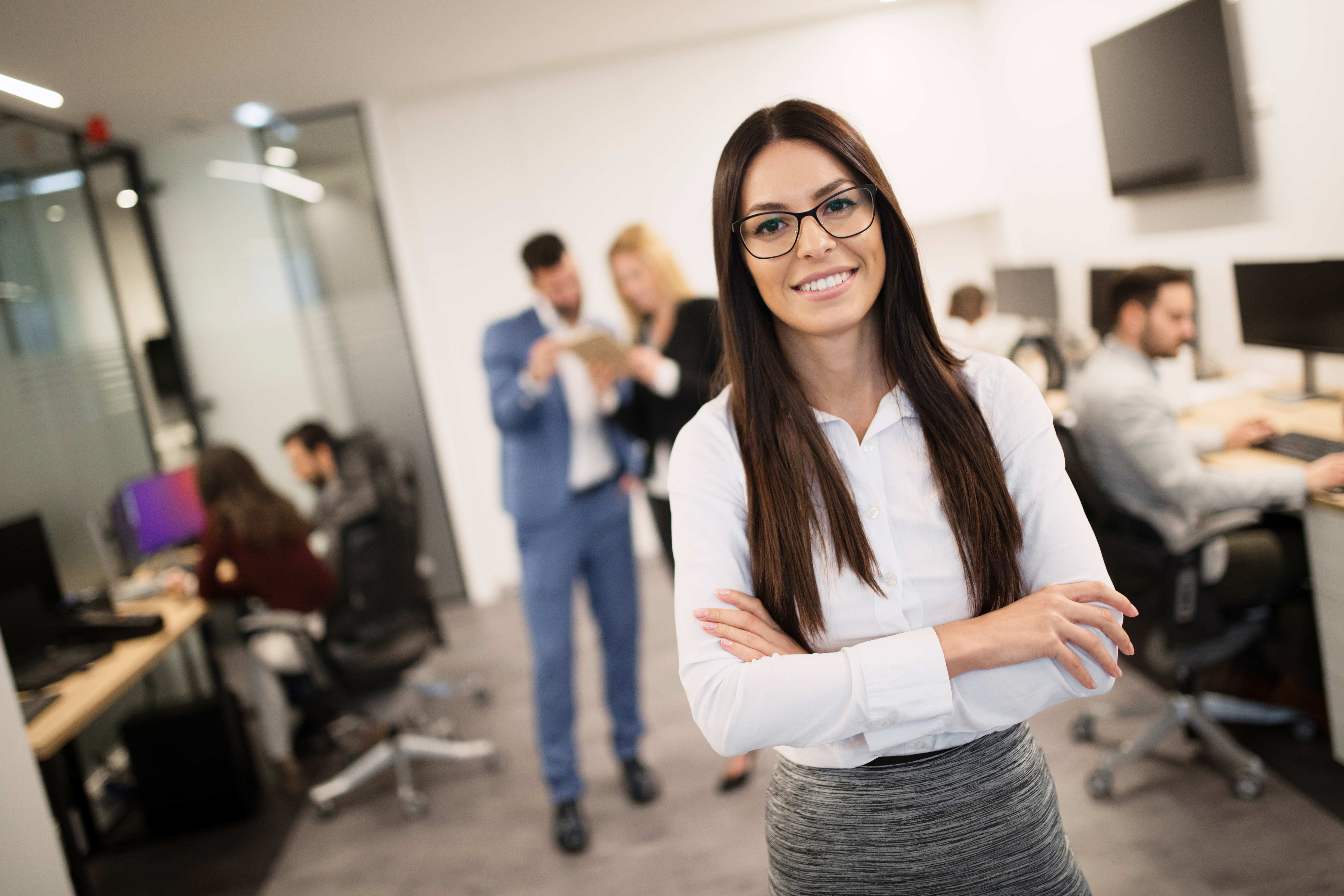 businesswoman-posing-while-other-businesspeople-ta-3uc76n8